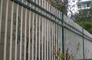 马路上的护栏有着什么样的作用?河南护栏制造商跟我们简单的分析一下