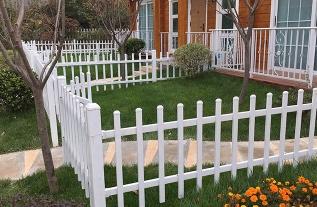 教你简单辨别什么才是真正的PVC草坪护栏网